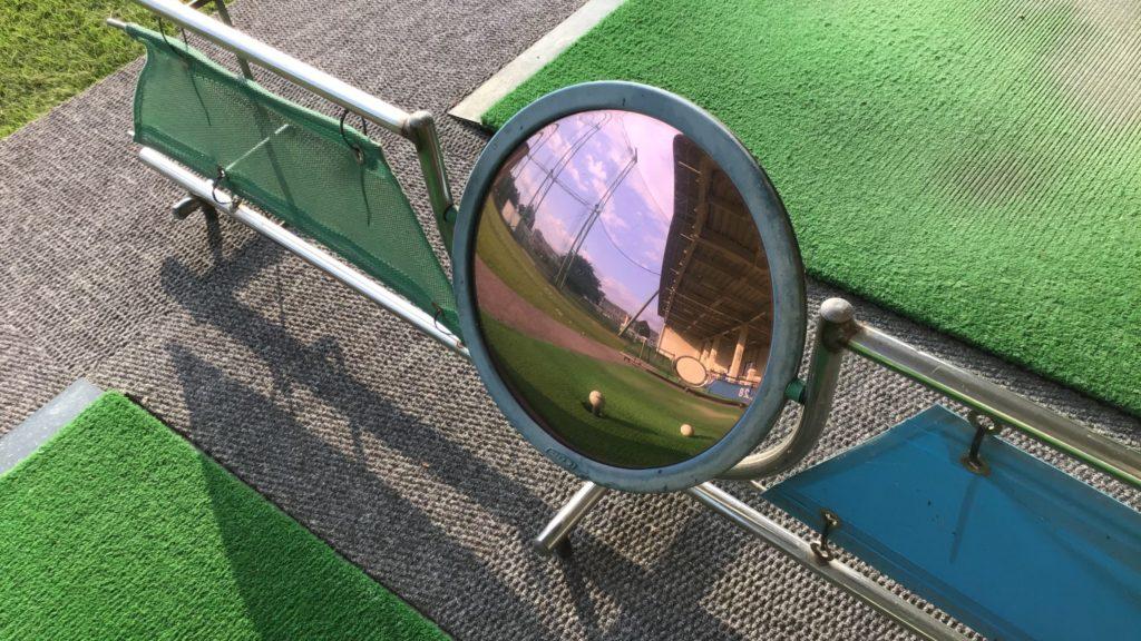 川越市 霞ゴルフプラザの打席のミラー